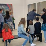Mann und Jugendliche vor großem Bild in einer Ausstellung